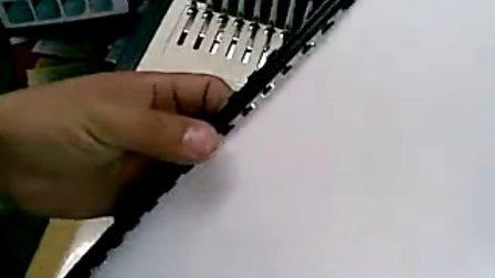 出口产品:梳式胶圈夹条装订机