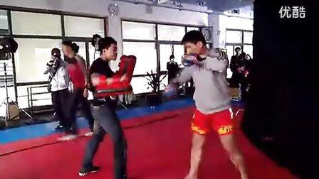 柳海龙在佛山泰拳俱乐部打靶热身