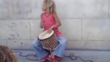 女孩街头表演非洲鼓精彩片段