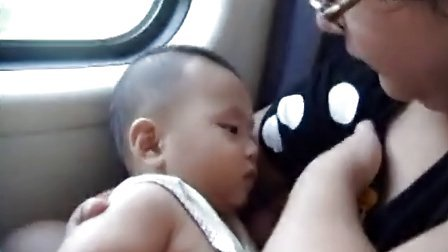 哈哈哈 搞笑啊 小孩在妈妈怀里吃奶 高清