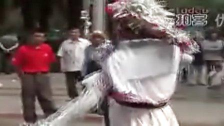 老人为宣传环保[http:www.lzxifu.com]男扮女装