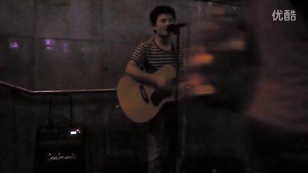 实拍长沙街头地下通道口小培演唱《光辉岁月》