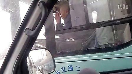[拍客]天津公交车司机车上吸烟