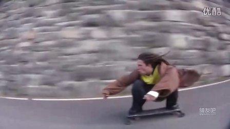 滑板高山速降,简直是不要命了,逆天了啊。国外屌丝的逆袭