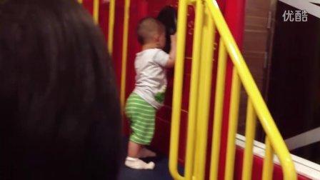 【13个月大】7-1哈哈在麦当劳爬楼梯IMG_0246