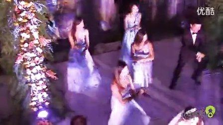 史上最牛婚礼 性感新娘携众伴郎伴娘大跳《江南style》
