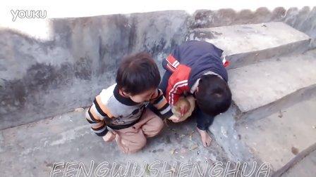 看看兩個小男孩怎么搞雞?