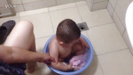 【13个月大】7-9哈哈坐在小脸盆里面洗澡,大小刚合适IMG_0263