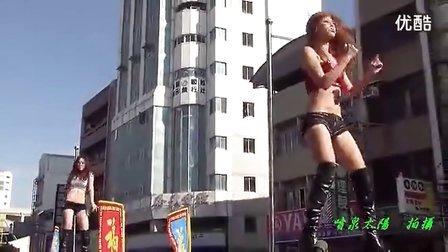 强爆了国外性感美女边玩游戏边自拍表演放屁舞