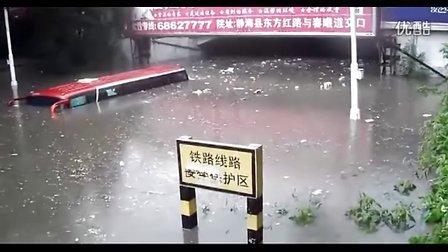 实拍天津静海暴雨过后水淹公交车顶 直击各地暴雨灾情