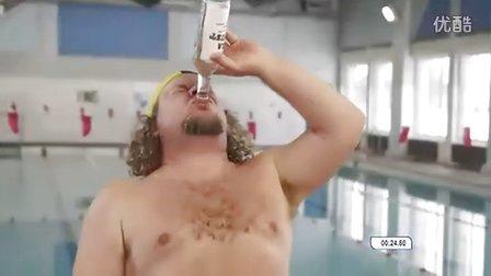 看看4个爱沙尼亚傻缺喝完一瓶伏特加后的游泳比赛