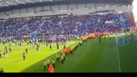 实拍!英超足球流氓对峙警察 剑拔弩张险引发骚乱
