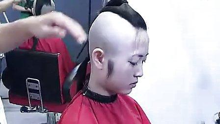 小树美女先剃鸡冠头后剃光