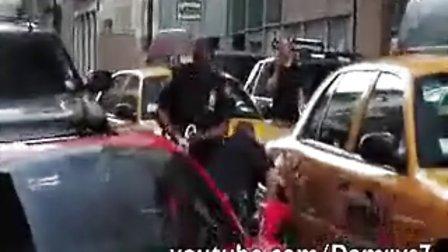 法拉利车主拒收罚单遭警察当街KO了