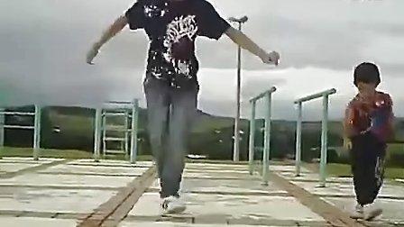 小孩跳鬼步舞不比大人差