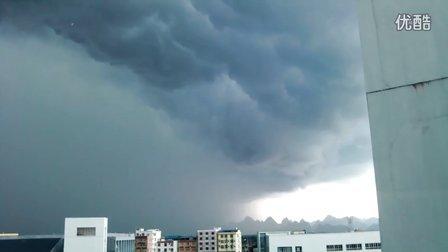2012年6月27日下午桂林市雁山区广西师范大学漓江学院上空的暴雨前奏画面