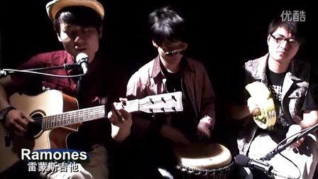 经典翻弹:左轮兄弟吉他弹唱《外面的世界》--非洲鼓 吉他 手铃合奏