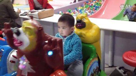 【2岁半】1-24哈哈坐在熊出没的摇摇车上玩,终于敢自己坐了光头强_2849