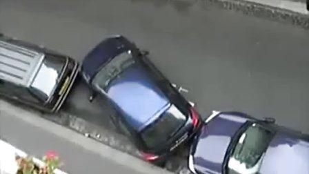 牛人停车技术堪称一绝 你伤不起