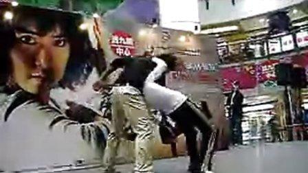 女拳霸 在香港宣传的武打動作示範(2)