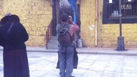 西藏朝圣者的背影