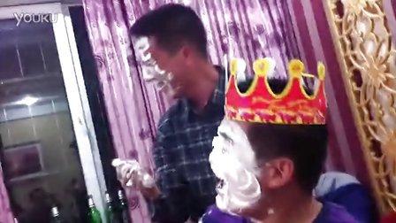 [手机拍客]生日宴会恶搞生日男 蛋糕涂脸把人变成白脸狼