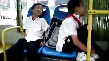 公交车上,两个小正太基情四射。。。