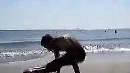 牛逼法国老外 沙滩玩  健美操难度。。。。。无语