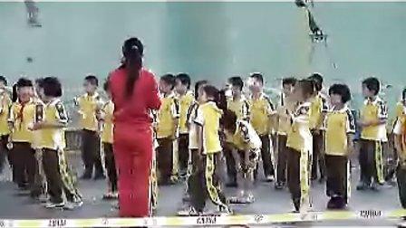 小学一年级体育优质课视频《投掷轻物》_张老师