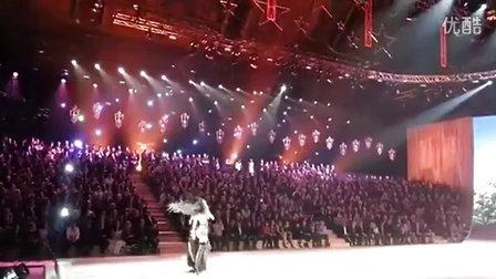 Rihanna Performing DIAMONDS At VS Fashion Show