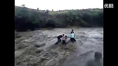 犹豫5秒 5人被洪水冲走 先喜后悲 无常迅猛!!