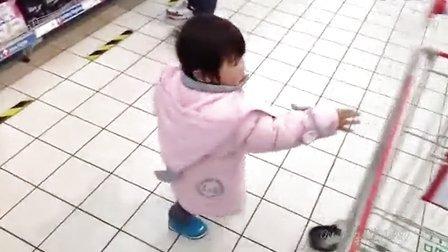女儿完全成长记录:萌妹子帮妈妈买卫生巾!