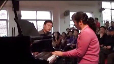 武汉音乐学院教授教老年人弹钢琴(二)