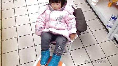 女儿完全成长记录:萌妹子自己选购小椅子!