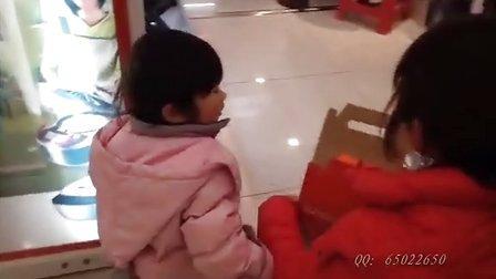 女儿完全成长记录:萌妹子逛商场买豆浆机!