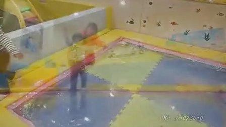 女儿完全成长记录:萌妹子玩水床摔了个狗啃屎!