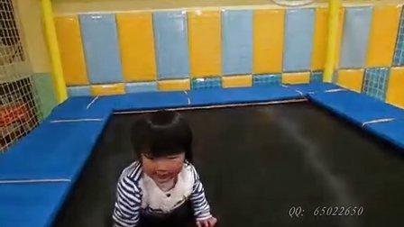 女儿完全成长记录:萌妹子玩蹦床的慢镜头!