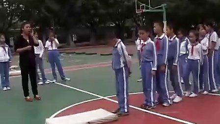 小学四年级体育优质课展示《前滚翻》容老师