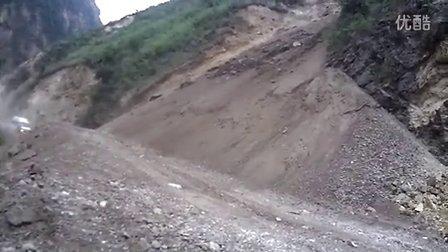 灾区道路情况恶劣,山上落实险些砸中通过的车辆及行人!