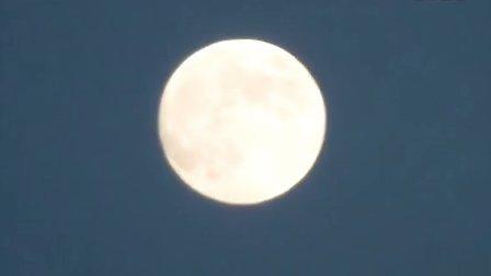 【拍客】中秋圆月高空挂,游子望月思亲人