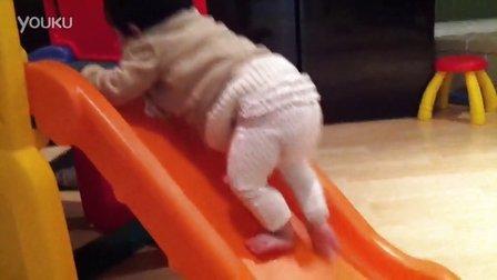 10个月大的Mia爬行