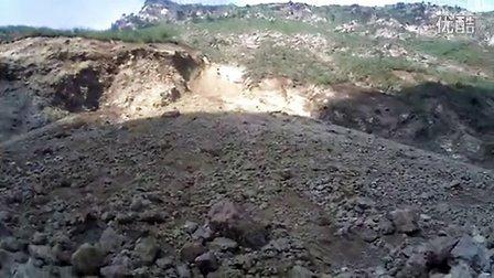 救援队通过落石危险区