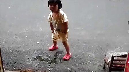 A紫轩自己脱裤子小便