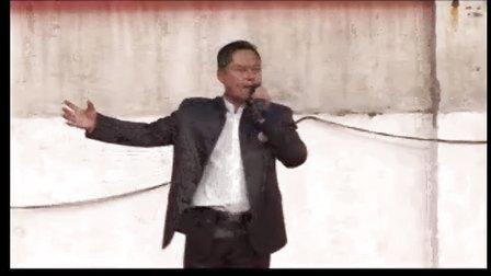 校长在升旗仪式前演讲