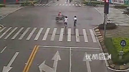 [拍客]两学生骑单车闯红灯被撞倒