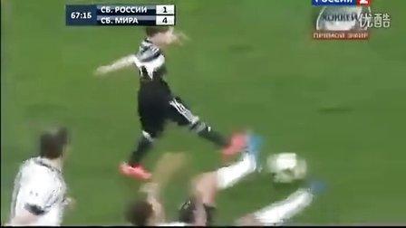 足球场感人一刻--球员退役 五岁儿子替补上场入球