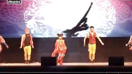 甜美小教主王巧助阵齐秦演唱会演绎中国风获赞
