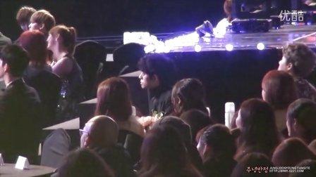 140212 郑俊英Gaon Chart K-POP Award在台下一个人坐着拍手