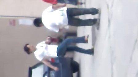 一个小肥仔和一个妇女打架