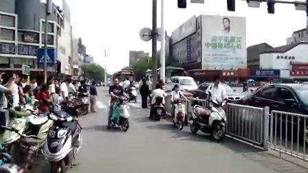 实拍镇江市人民默哀3分钟,汽车鸣笛,拉响防空警报,哀悼同胞!